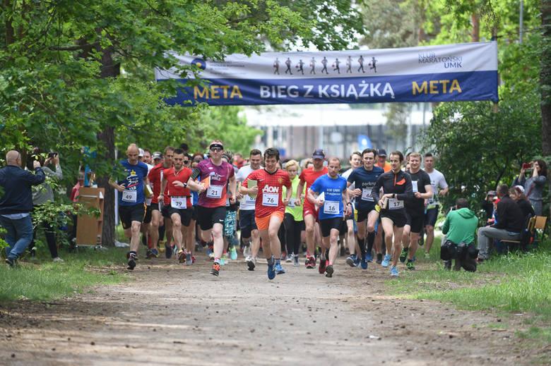 """W lasku na Bielanach odbył się V Bieg z książką """"Skok do potęgi"""". Rywalizacja na dystansie 3,5 km była nietypowa - uczestnicy musieli"""