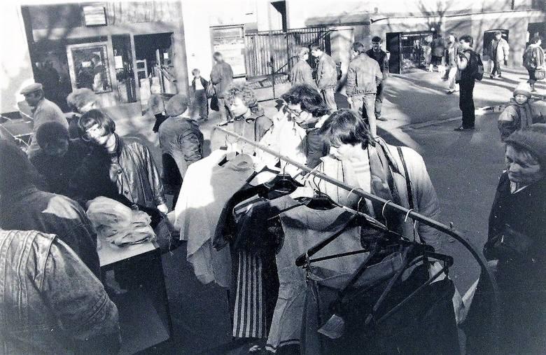 Luty 1990 r., tak wyglądała uliczna sprzedaż ubrań na al. Wojska Polskiego