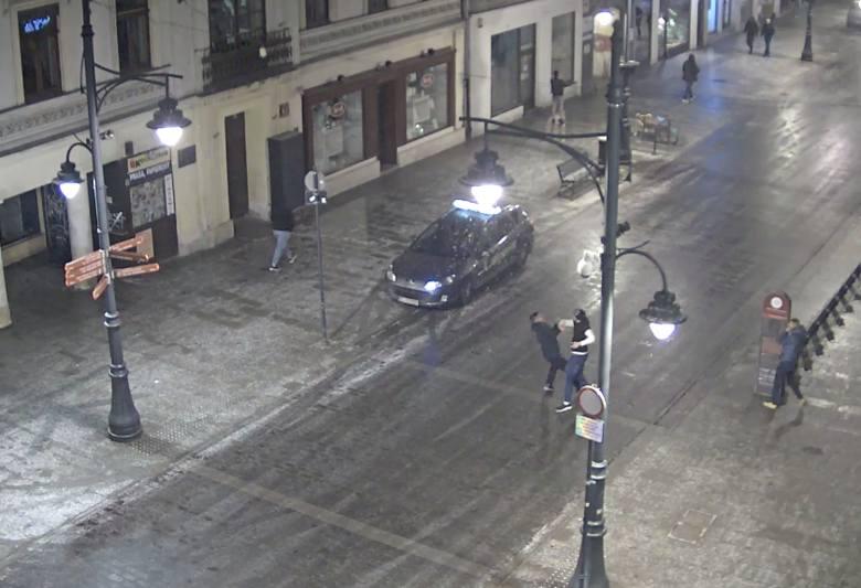 Łódzcy policjanci szukają uczestników bójki, do której doszło w środku nocy na ul. Piotrkowskiej przy Traugutta. Zdarzenie zarejestrował monitoring.Czytaj