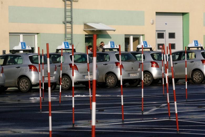 5. Brak bezpiecznego odstępu przy omijaniu, wyprzedzaniu czy w trakcie parkowania