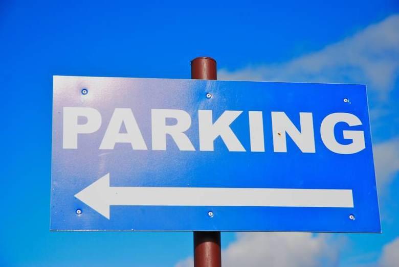 """Na parkingach przy dworcu PKP i domu handlowym """"Piast"""" można parkować tylko godzinę."""