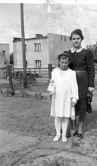 Zdjęcie z I Komunii przed domem na działkach św. Józefa