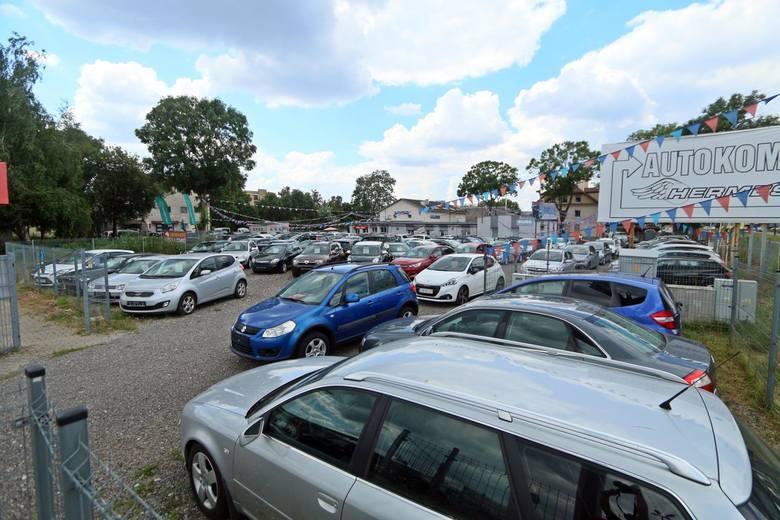 Przez epidemię sprzedaż aut spadła. Potwierdzają to pracownicy toruńskich komisów. Obecnie w popularnym serwisie ogłoszeniowym, specjalizującym się w
