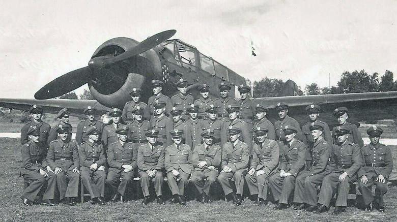 Eskadra Liniowa sfotografowana na toruńskim lotnisku w 1938 r. na tle samolotu Karaś