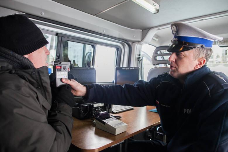 W określonych sytuacjach policjant może polecić kierowcy, by ten wysiadł z samochodu i wszedł do radiowozu