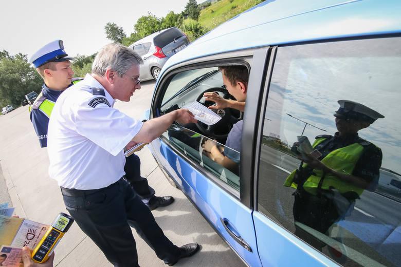 W czasie kontroli funkcjonariusz musi widzieć kierowcę i pasażerów, stąd ręce szczególnie kierującego powinny być w zasięgu wzroku policjanta