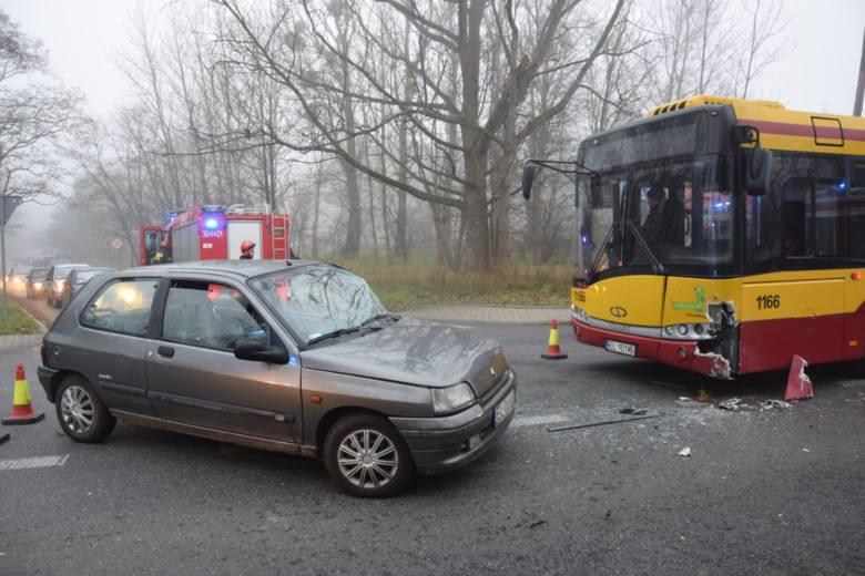 Dwie osoby zostały poszkodowane w wyniku wypadku, do którego doszło we wtorek ok. godz. 8 na ul. Augustów w Łodzi. Samochód osobowy zderzył się z autobusem