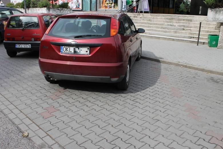 Kierowca forda focusa stanął przed samym wejściem do pawilonów handlowych. Innym nie dał takiej szansy, bo zablokował dwa miejsca.