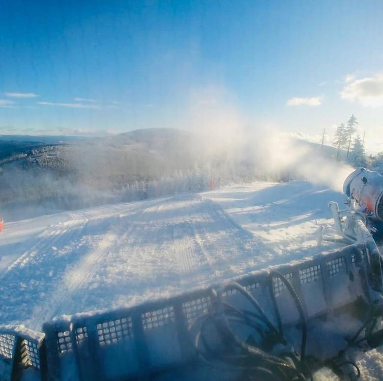 Uwaga miłośnicy białego szaleństwa na Dolnym Śląsku. Najbliższy weekend może być tym, kiedy w ruch pójdą narty i snowboardy. W największych ośrodkach