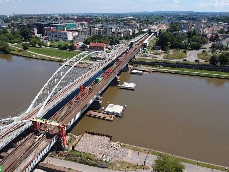 W sumie stary most kolejowy składa się z 12 takich przęseł. Każde z nich waży ok. 120 ton - informują w PKP PLK.