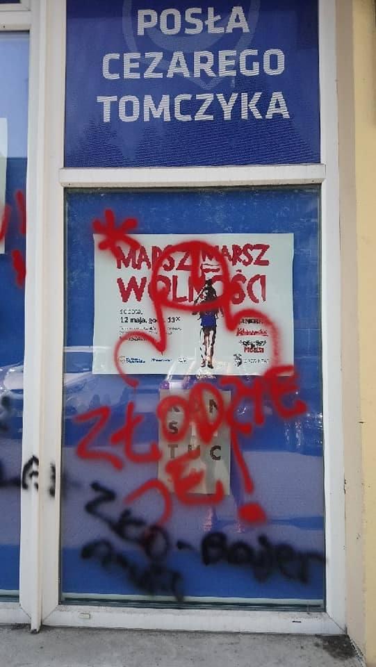 Zdewastowana witryna biura w Pabianicach[przycisk_galeria]