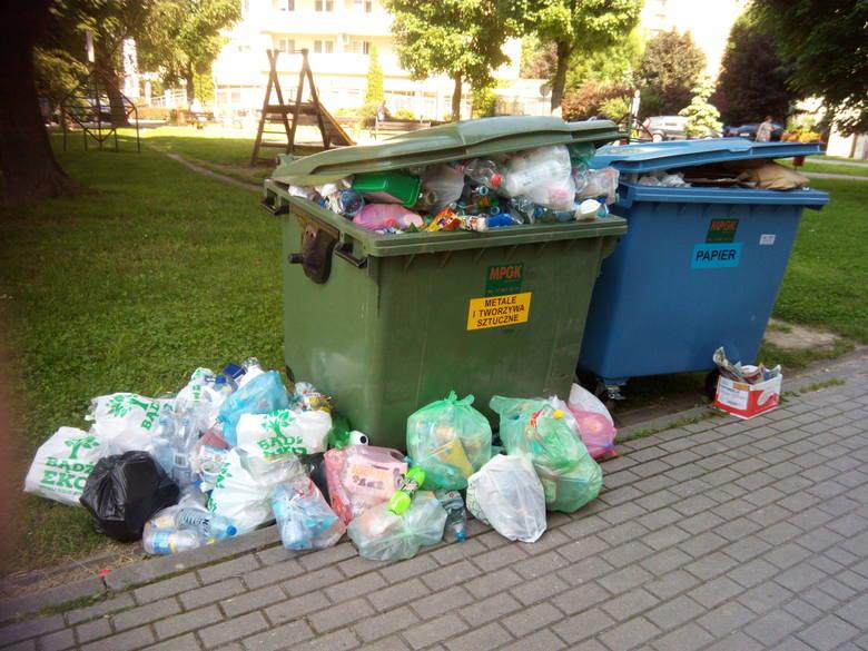 Przy ul. Wincentego Pola 13 kubły są zapełnione po 3 dniach. Worki z odpadami mieszkańcy układają wówczas obok nich.