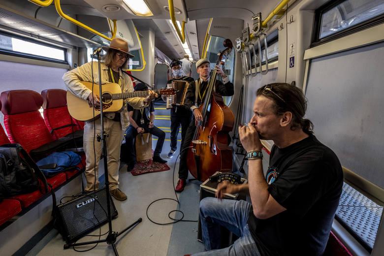 Blues Express wyruszył w sobotę wczesnym popołudniem z Dworca Letniego w Poznaniu. Muzycy i pasażerowie udali się do Zakrzewa, gdzie odbywa się główna
