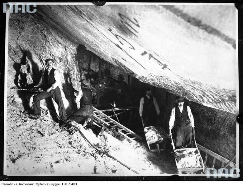 Okres międzywojenny<br /> Górnicy przy wydobyciu i transporcie soli w kopalni soli kamiennej w Wieliczce