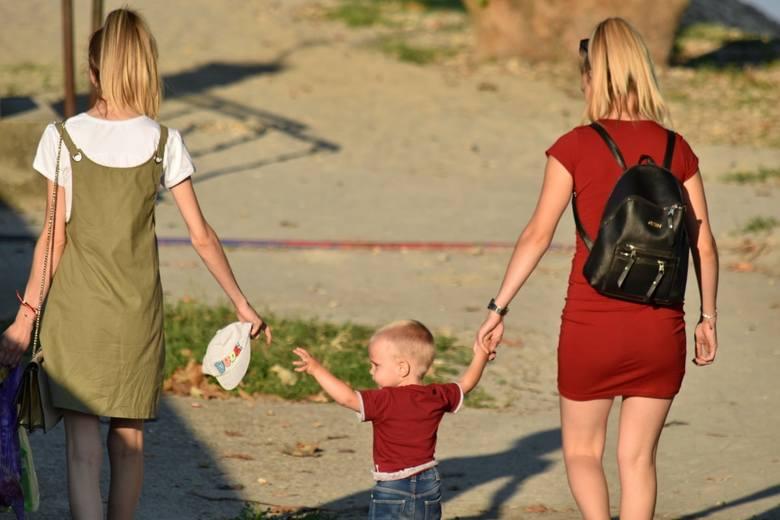 Mandat za spacer z dzieckiem po chodniku? To nie żart. Możesz zapłacić nawet 5 tys. zł. Mandaty to wina luki prawnej
