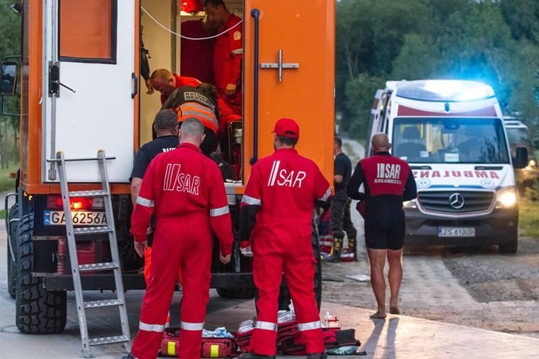 W poniedziałek wieczorem do morza w pobliżu Kołobrzegu wpadło czterech skoczków spadochronowych. Dwie kobiety nie żyją. Tragiczne skoki mogła organizować