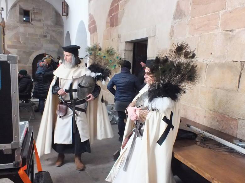 Wąchocki klasztor cystersów gra w tym serialu klasztor klarysek w Nowym Sączu, do którego wstąpiła królowa Jadwiga, żona Władysława Łokietka, po śmierci