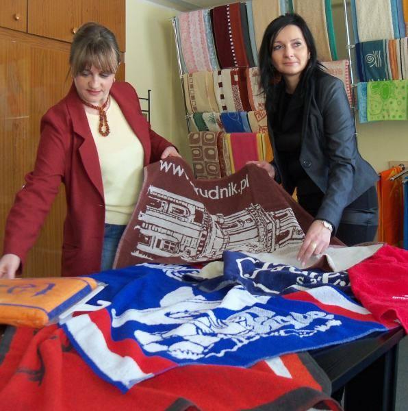 - W magazynach zakładu zachowały się ręczniki firmujące różne wielkie imprezy - pokazują Barbara Starzyk i Bogusława Jagielnicka z Frotexu.
