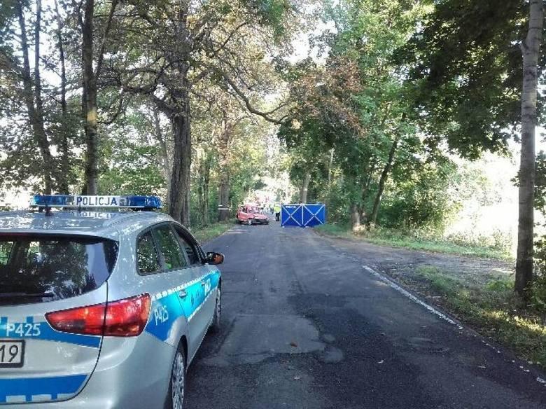 Tragiczny wypadek miał miejsce na drodze DW927 w Mikołowie. Doszło tam do zderzenia dwóch aut osobowych, fiata seicento i subaru imprezy. ZDJĘCIA I WIĘCEJ