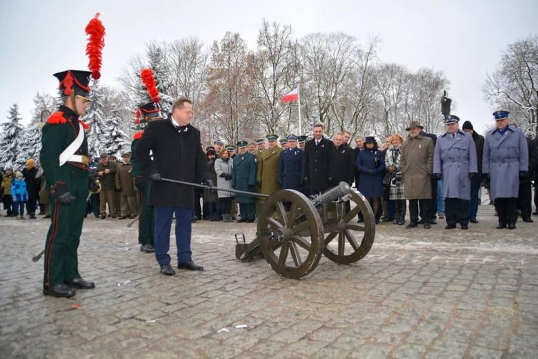 Podczas uroczystości w Augustowie nie tylko spadło z nieba konfetti. Wiceminister Jarosław Zieliński odpalił też armatę.
