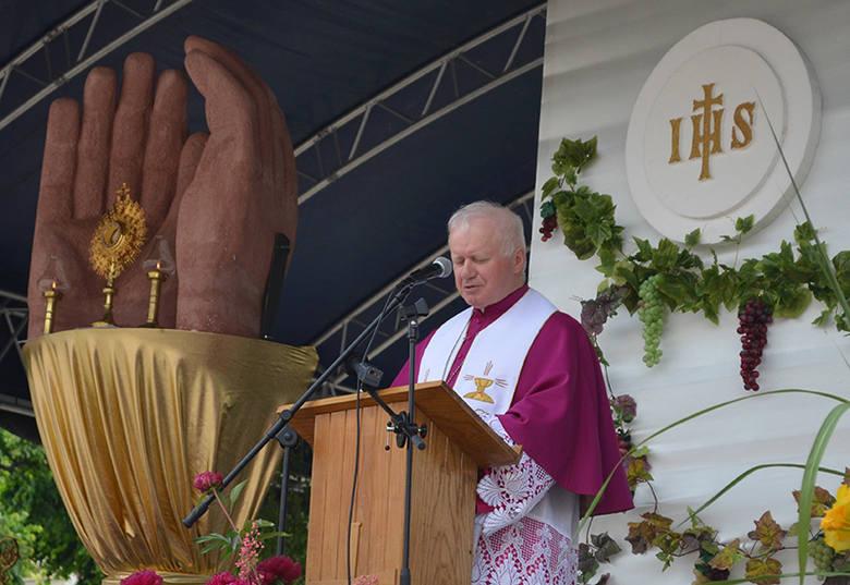– Zaprośmy Chrystusa do siebie, do naszych domów, do naszego życia – mówił bp Adam Szal podczas uroczystościiBożego Ciała