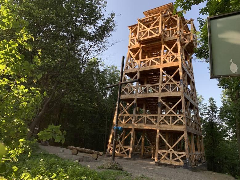 Z najnowszej wieży widokowej w Mucznem, w Bieszczadach, można zobaczyć położone 100 km na wschód Gorgany. Z kilku innych tego typu obiektów widoczne
