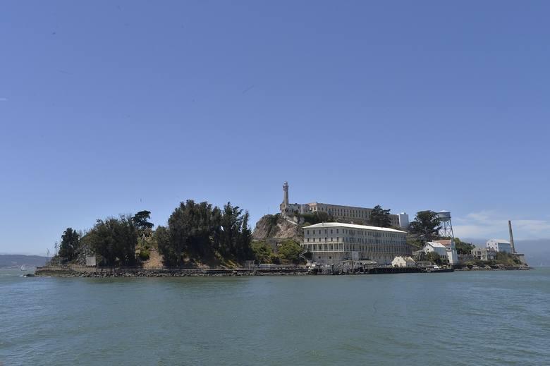 Wyspa Alcatraz, na której znajduje się słynne więzienie jest oddalona zaledwie klika minut promem od wybrzeży San Francisco.