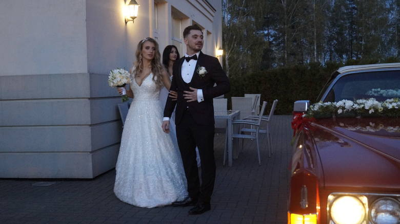 """Daniel Martyniuk i Ewelina Golczyńska w sobotę powiedzieli sobie ,,TAK"""" w kościele Świętego Krzyża w Grabówce na Podlasiu. Po ceremonii pojechali do"""