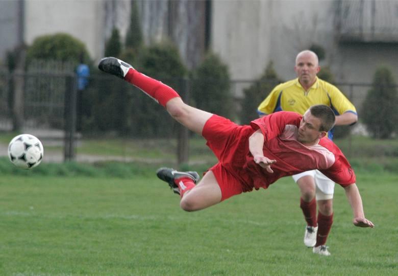 Wisła Niepołomice - Piłkarz Podłęże. 13 kwietnia 2008 r., mecz klasy A. Gospodarze w żółtych koszulkach