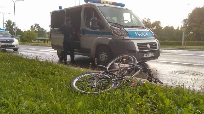 Ze wstępnych informacji wynika, że rowerzystka jadąc po przejściu dla pieszych w pobliżu Zespołu Szkół Gastronomicznych w Białymstoku została potrącona