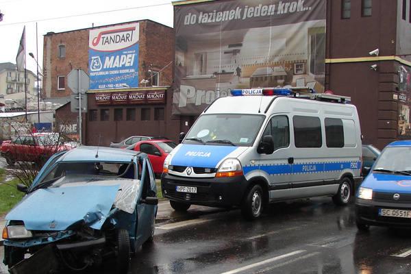 Sprawca zderzenia wyleciał  przez przednie okno cinquecento.