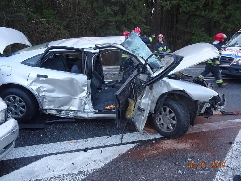 Zgłoszenie o wypadku wpłynęło do suwalskich strażaków o godz. 7.46. Na drodze krajowej nr 8, w miejscowości Jasionowo (gm. Szypliszki), doszło do zderzenia