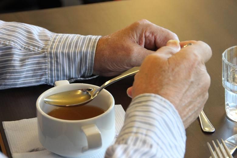 BULIONIstnieje powód, dla którego ludzie radzą jeść rosół z makaronem w czasie choroby - bulion nie tylko rozgrzewa, ale także może naprawdę leczyć.