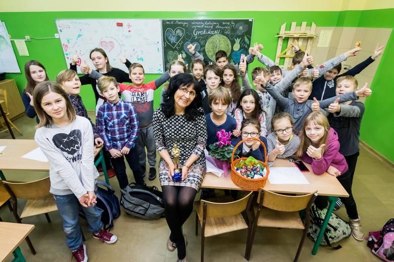 """Krystyna Michalska (SP nr 64 Bydgoszcz) otrzymała aż 4302 i zwyciężyła w kategorii """"Nauczyciel klas IV-VII i gimnazjum. Od uczniów w nagrodę dostała statuetkę przypominającą Oscara."""