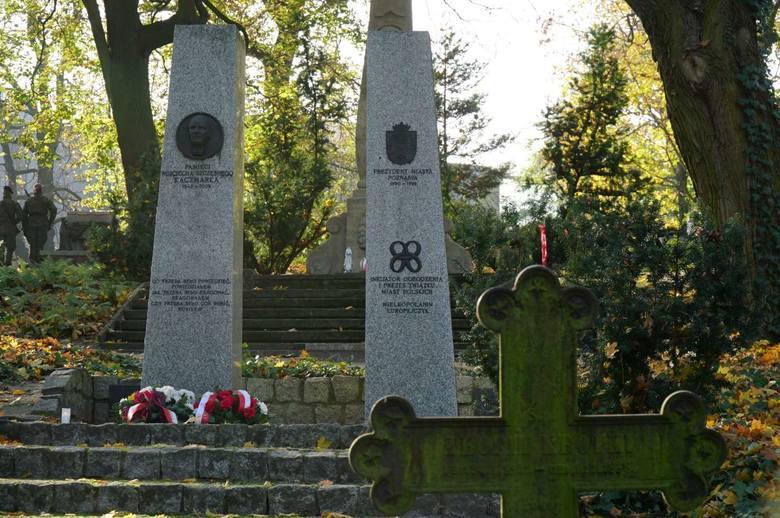 1 listopada, czyli w dniu Wszystkich Świętych poznaniacy odwiedzają też groby zasłużonych polityków, prezydentów Poznania, samorządowców, uczonych i