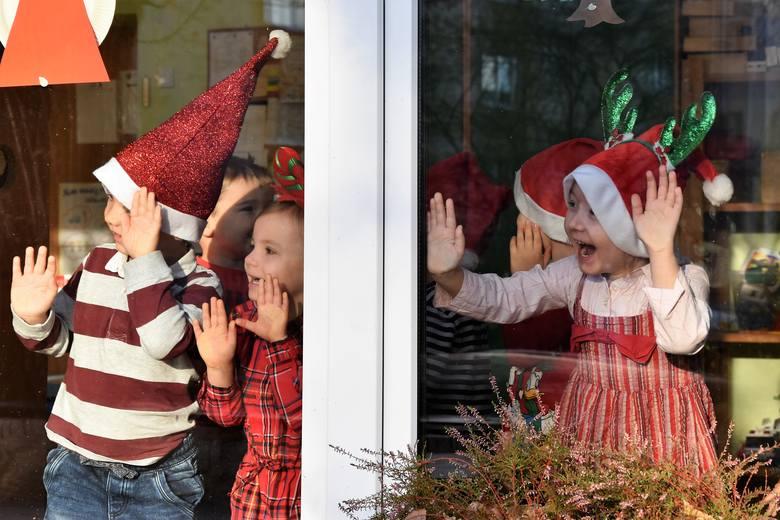 Dzieci z niecierpliwością wypatrywały św. Mikołaja z prezentami. Gdy pojawił się na podwórku przedszkola niepublicznego Bajka w Opolu, maluchy wpadły
