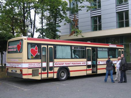 - Dla protestujących, którzy chcieli honorowo oddać krew, na dziedzińcu prokuratury podstawiono ambulans.