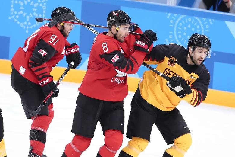 Mecz hokeja na ladzie Niemcy - Kanada.