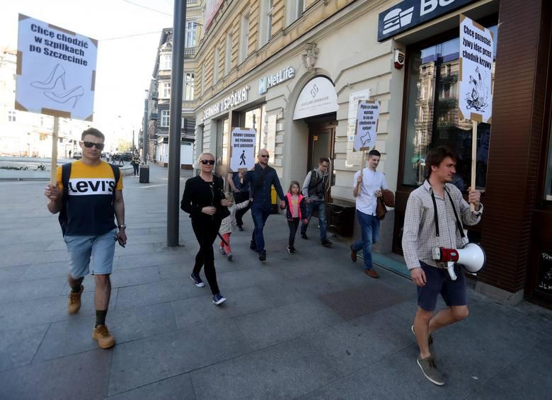 """Zapowiadało się 800 osób, na wydarzeniu an Facebooku, ostatecznie pojawiło się. """"Marsz przeciwko krzywym chodnikom"""" przegrał chyba"""