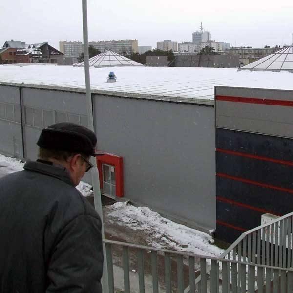 Śnieg zalegający na dachach jest na razie niegroźny - mówią inspektorzy budowlani.