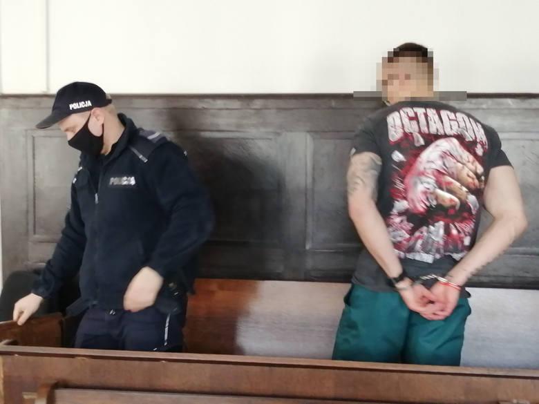 Na ławie oskarżonych zasiadali: Adam K. i Bartłomiej B. Pierwszy pracuje w Anglii i nie stawił się w sądzie, a drugi odsiaduje wyrok w innej sprawie
