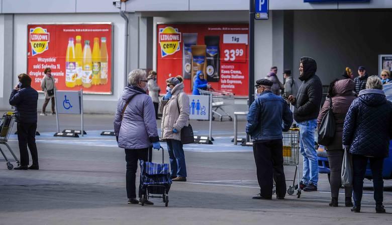 Nowe zalecenia wprowadzone przez rząd odnośnie walki z koronawirusem spowodowały, że przed sklepami w całym kraju ustawiają się ogromne kolejki ludzi,