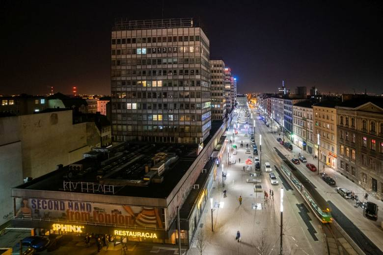 Niedawno zakończyła się przebudowa ul. Święty Marcin w Poznaniu. Zobacz, jak wyremontowany odcinek między Gwarną a Ratajczaka prezentuje się wieczorem.