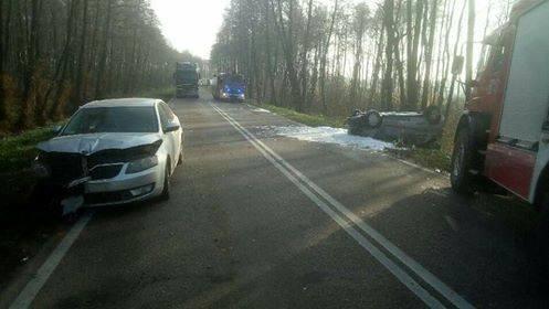 - Ze wstępnych ustaleń policji wynika, że od jadącego w kierunku Łomży mercedesa kierowanego przez 59-latka z niewyjaśnionych przyczyn odczepiła się