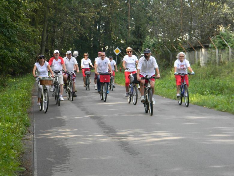 Seniorzy z Tarnobrzega na rowerach przejechali 100 kilometrów na 100-lecie niepodległości