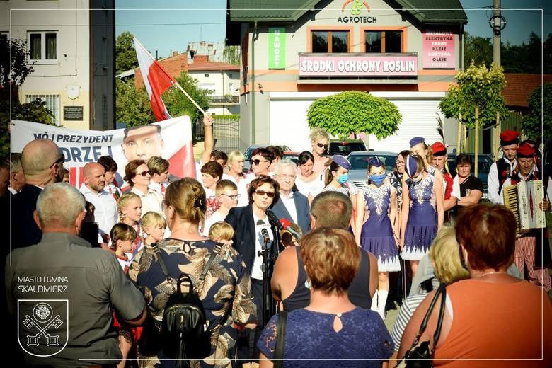 Marszałek Sejmu Elżbieta Witek w Skalbmierzu. Szefową polskiego parlamentu powitano na Rynku iście po królewsku… [NOWE ZDJĘCIA]