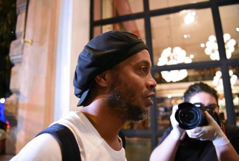 Ronaldinho wyszedł z więzienia i wyściskał się z rodziną