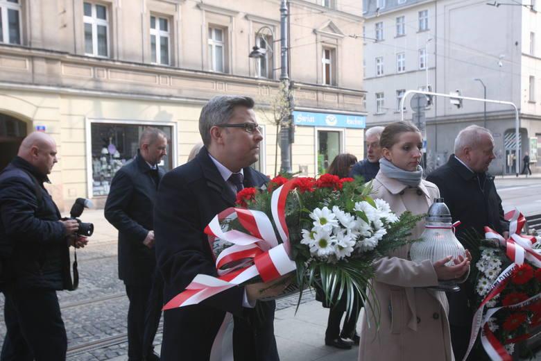 Rocznica smoleńska: wieńce pod tablicą upamiętniającą śp. Sławomira Skrzypka w Katowicach