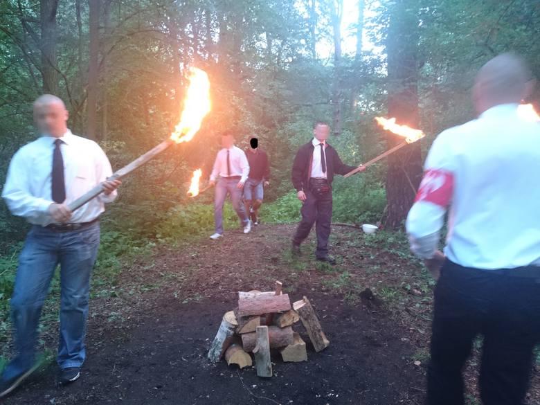 Takie zdjęcia pojawiły się niedawno na stronie internetowej Nacjonalistycznego Stowarzyszenia Zadruga. W ten sposób młodzi białostoczanie świętowali
