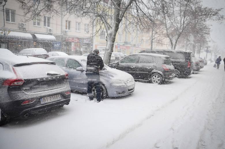 Zima w Białymstoku 2019. Śnieg zasypał miastoZobacz też: Obraz po śnieżycy. Miasto zasypane, komunikacyjny koszmar i kilkanaście stłuczekZobacz też: